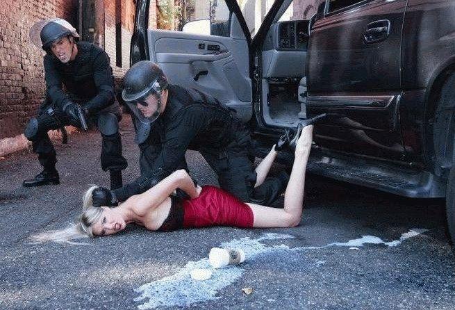 politseyskiy-dosmatrivaet-devushku