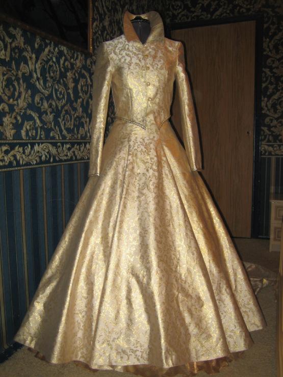 Фото свадебного платья из золотой парчи