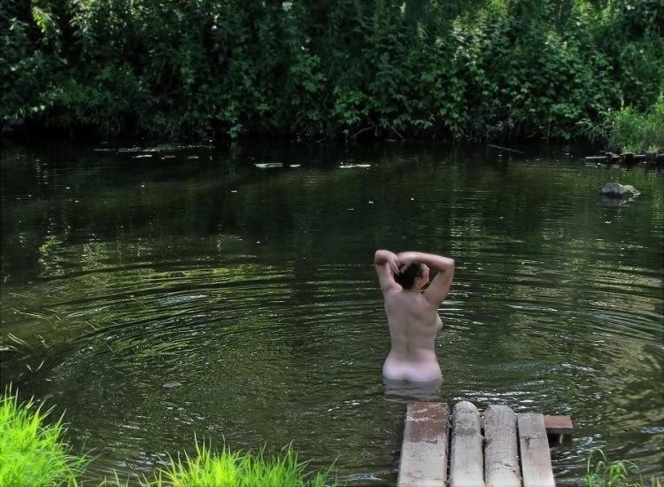 фото девушек в деревне на речке